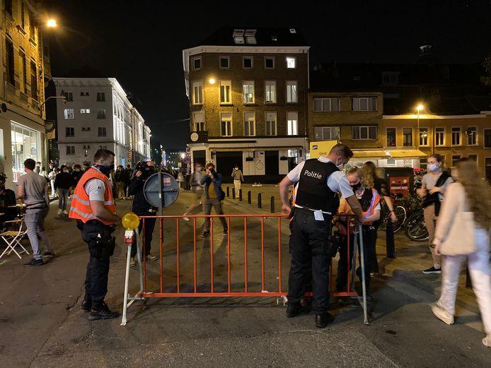 De politie sluit de Overpoortstraat af. Niemand mag er nog in.