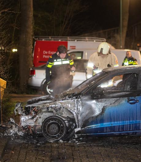 Wéér autobrand op parkeerplaats IJsseloord in Woerden
