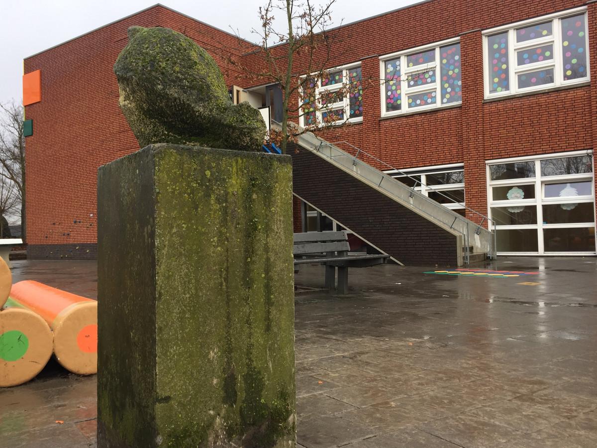 De kip is terug op Berkel-Enschots schoolplein. Het kunstwerk is verhuist van het vroegere schoolplein naar de nieuwe locatie