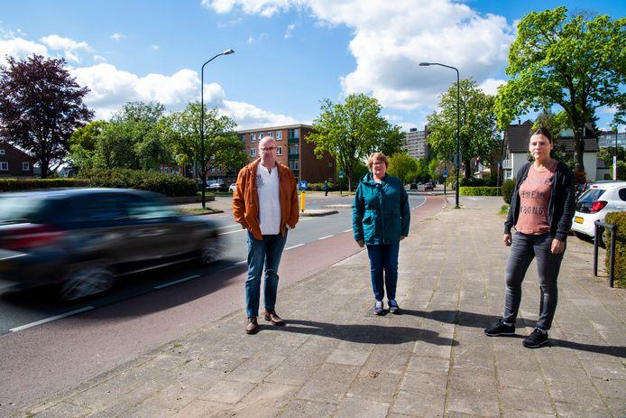 Henk en Ineke Bronkhorst met buurtgenote Hedi Rauwerdink aan de Sprengenweg.