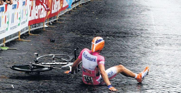 Denis Mentsjov gaat in de laatste kilometer van de laatste etappe van de Giro onderuit, maar hij zal de voorsprong op Danilo di Luca niet kwijtraken. Foto EPA Beeld