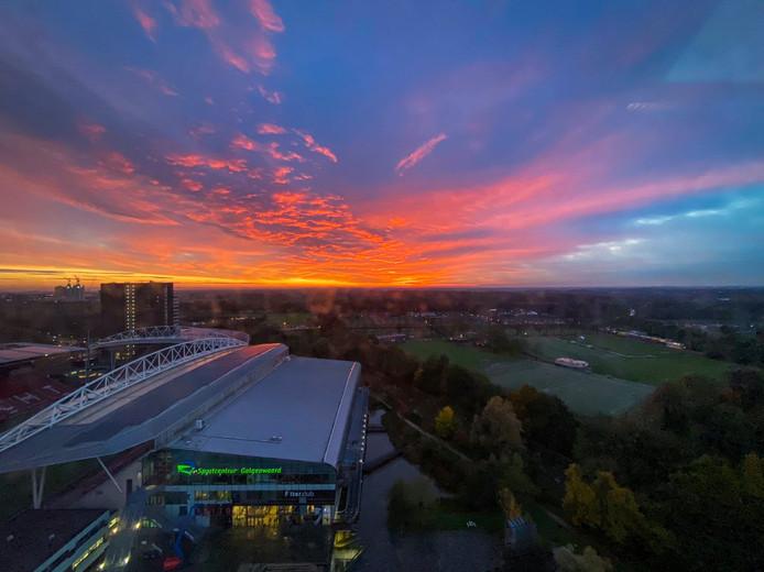Rode ochtendlucht boven stadion Galgenwaard, Utrecht