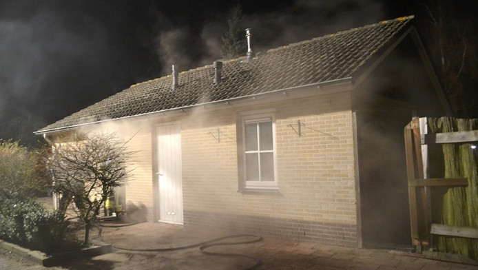 Het brandende chalet op vakantiepark De Strokel in Ermelo waar het stoffelijk overschot van Ton Kuijf werd gevonden