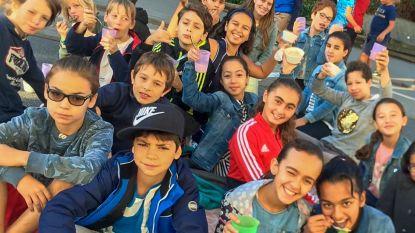 Leerlingen ontbijten, rekenen en zingen op straat