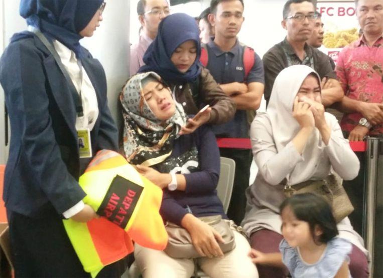 Familieleden van passagiers die op vlucht JT610 van Lion Air van Jakarta naar Pangkal Pinang zaten, huilen op het vliegveld van Depati Amir in Pangkal Pinang.