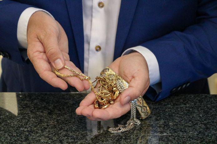 Gouden sieraden worden massaal ingeleverd bij Veilinghuis De Ruiter.