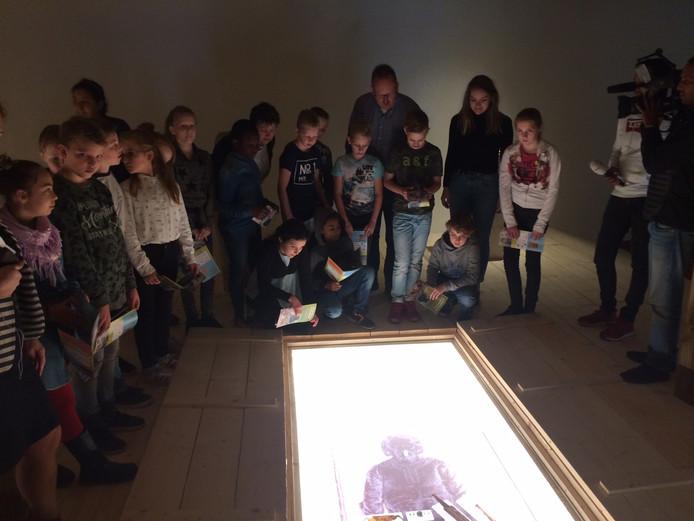 Kinderen van de Camelot mogen als eersten het graf met inhoud bekijken.