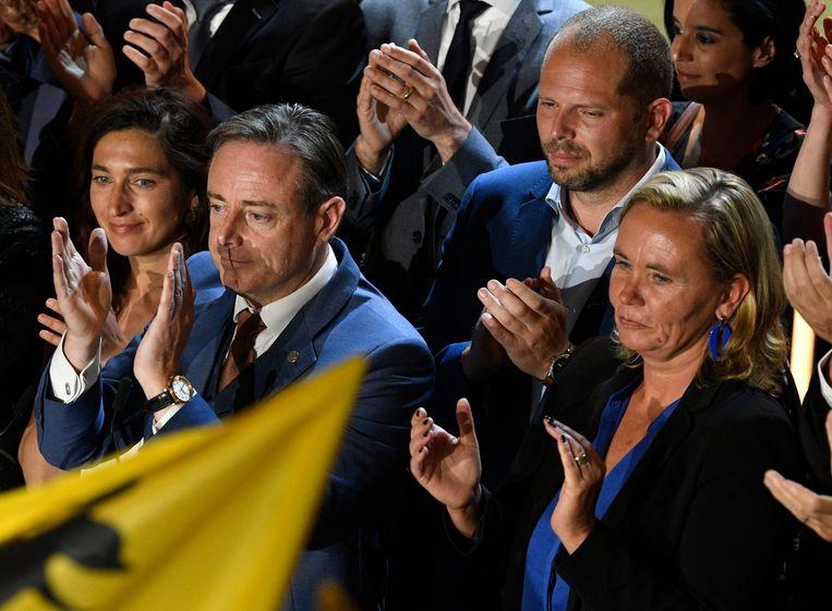 De N-VA-top na de verkiezingen. Bart De Wever staat tussen Zuhal Demir (links) en Theo Francken (rechts achter hem).