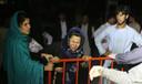 Een Afghaanse vrouw rouwt om het verlies van haar man en twee zoons bij de bomaanslag.
