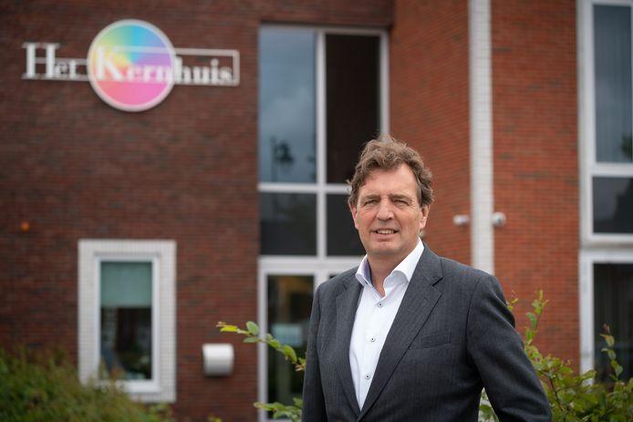 Burgemeester René Verhulst van Ede voor het Kernhuis in Veldhuizen A, waar hij naar aanleiding van de nieuwjaarsrellen een gesprek had met jongeren uit de buurt.