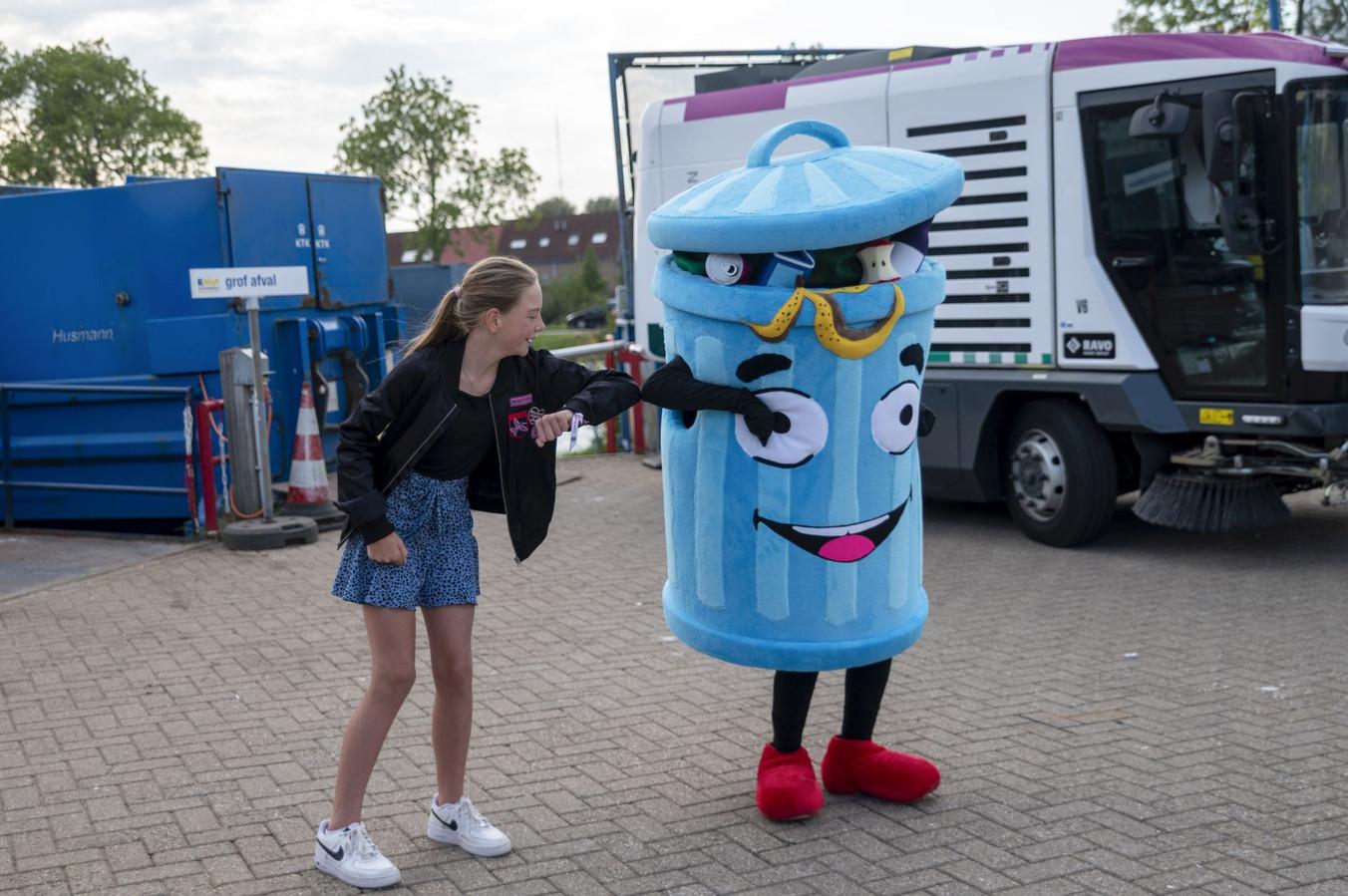 Basisscholiere Stacey uit Nieuwegein met de door haar bedachte mascotte tegen zwerfafval 'Prullie'.