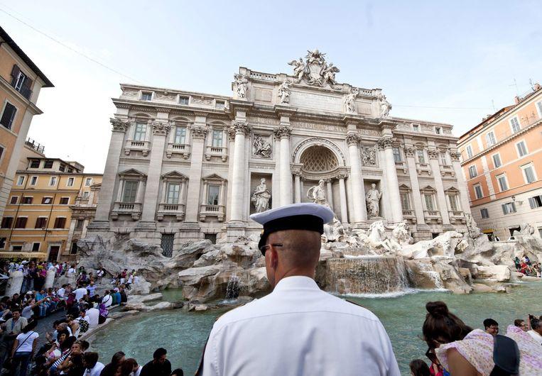 Een politieman voor de Trevifontein in Rome. Beeld EPA