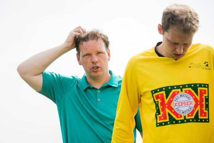 Trainer Remco ten Hoopen (links) van VCA na het verloren nacompetitieduel met Elspeet van vorig jaar.
