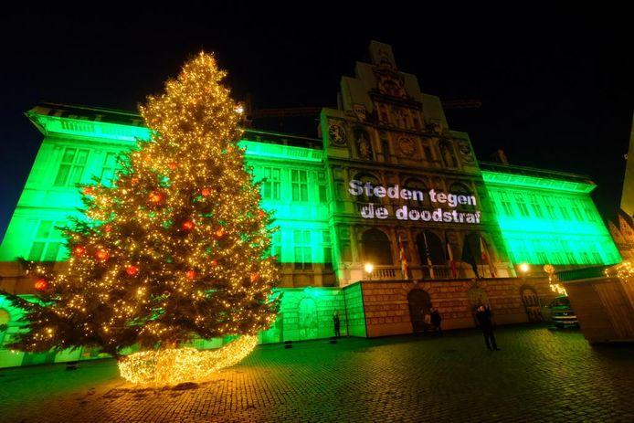 Het stadhuis in een groen kleurtje tegen de doodstraf, beeld uit 2018