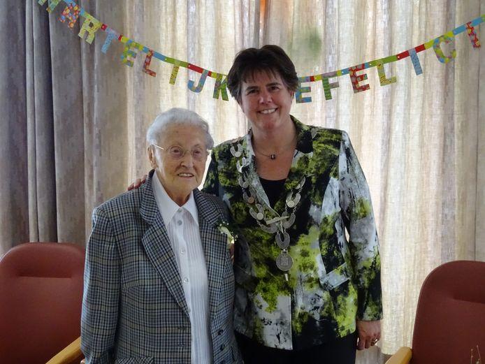 Burgemeester Ina Adema kwam in 2016 de 100-jarige zuster Leonie van Dijk uit Veghel feliciteren.
