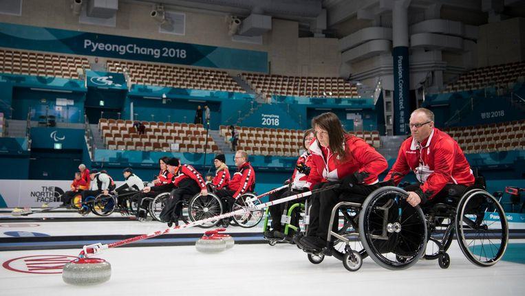 Ina Forrest en Dennis Thiessen tijdens een training van het Canadese curlingteam in Korea. Beeld Reuters