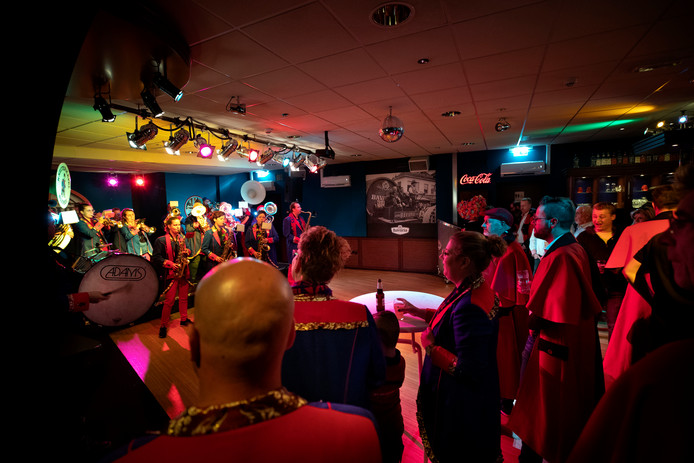 Blaasmuziek tijdens de tweede 11-11 Party in de Backstage Barberpub in Mierlo.