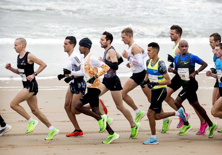 De halve marathon van Egmond, met onder andere Mohamed Ali (rechts, nummer 16) Beeld ANP