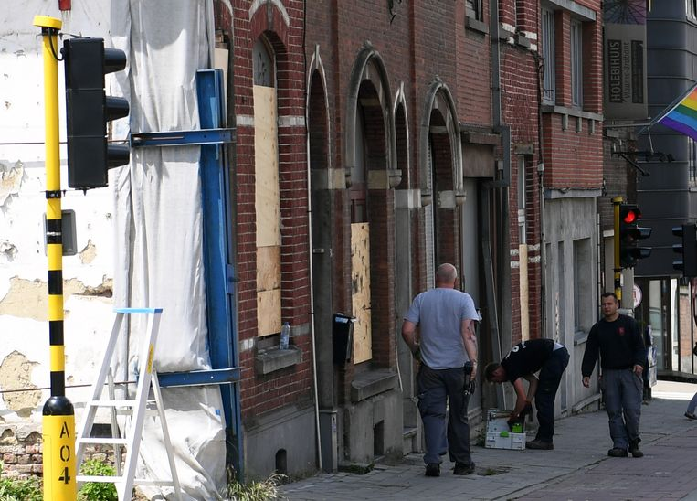 Werkmannen van de stad Leuven sluiten de kraakpanden op de Diestsesteenweg af.