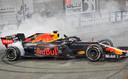 Max Verstappen maakt wat donuts na afloop van de race