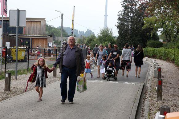 Ouders halen hun kind op aan de schoolpoort in Sint-Pieters-Leeuw. 99 procent van de kinderen kan dit jaar starten in de onthaalklas van een school naar keuze in Sint-Pieters-Leeuw maar ook Halle en Beersel.