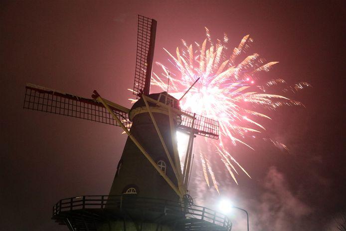 Vuurwerk nieuwjaarsnacht bij molen van Hoek.