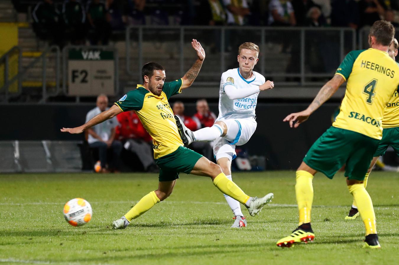Dante Rigo (m) scoort voor PSV tegen Fortuna Sittard.