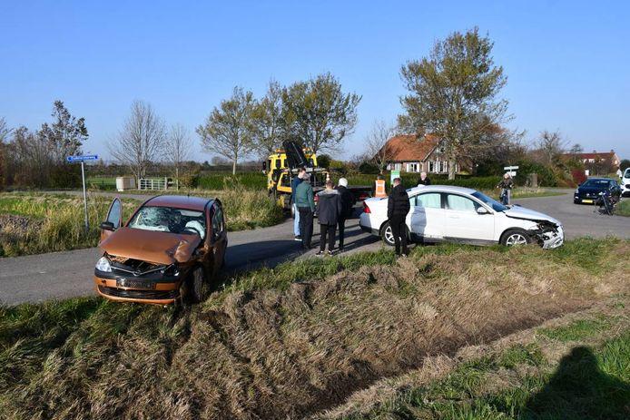 De schade aan de twee auto's na de botsing was groot.