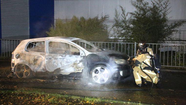 Onderzoek moet uitwijzen of deze uitgebrande auto de vluchtauto is van de schietpartij in Krommenie. Beeld anp