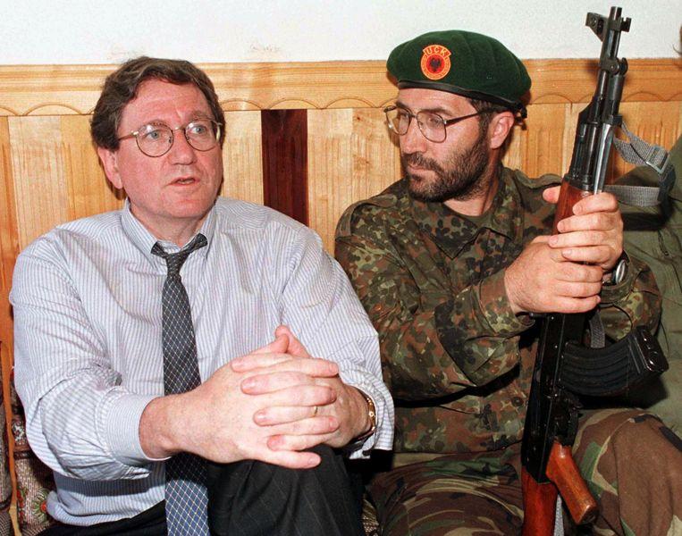 Holbrooke als Amerikaanse gezant van de Balkan praat met een soldaat van het Kosovo Bevrijdingsleger, in 1998. Beeld AFP