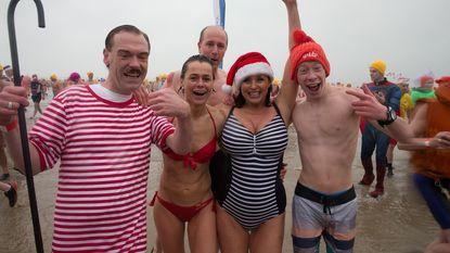 Gella Vandecaveye en Wendy Van Wanten duiken mee in ijskoud zeewater