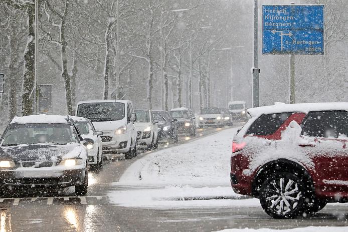 Gladheid door sneeuw in Oss.