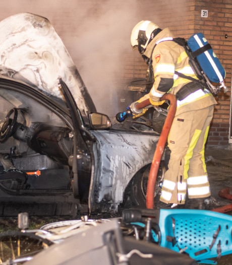 Auto, fiets en kliko in brand in Woerden