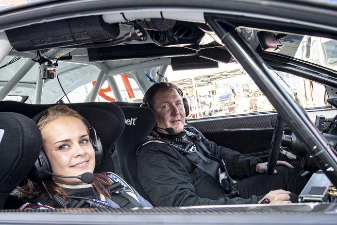 Het Almelose rallyduo Jeroen van Beugen (rijder) en Joyce Ruiter (navigator) in hun nieuwe rallywagen, een Mitsubishi Lancer Evo 10.