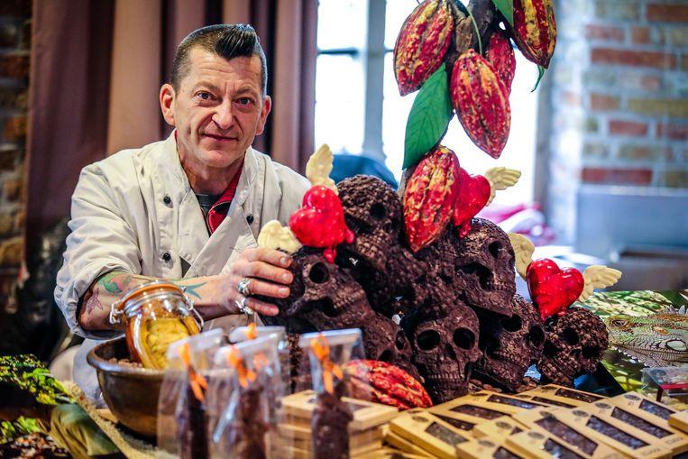 Henk Deceukelier maakte doodskoppen uit chocolade.
