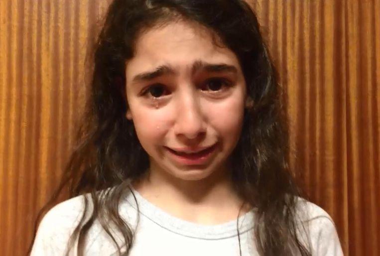 Kristina in tranen in een filmpje aan haar klasgenootjes.
