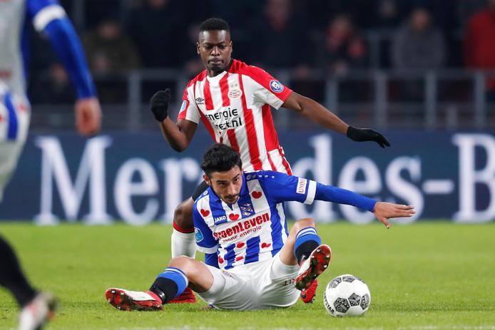 Reza Ghoochannejhad in actie tegen PSV, een geliefde tegenstander voor de PEC-spits.