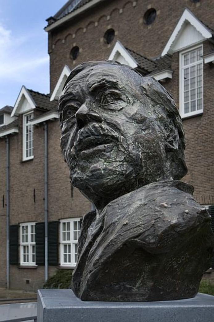 Een bronzen buste van Ton Frenken in Den Bosch. Het beeld is gemaakt door kunstenares Nel van Lith.