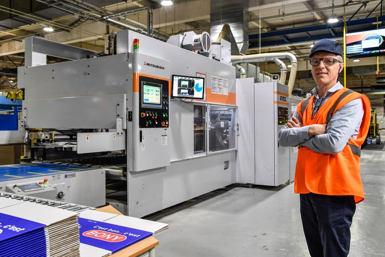 """Verpakkingsbedrijf DS Smith investeert in Buggenhout  in een gloednieuwe en hypermoderne verwerkingsmachine. """"We spelen in op de groeiende vraag naar verpakkingskarton én werken duurzamer"""", zegt general-manager Bart Albrechts."""