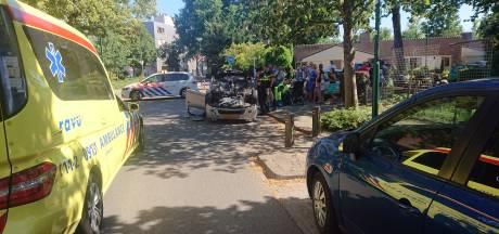 Automobilist raakt paaltje en slaat over de kop in Veenendaal