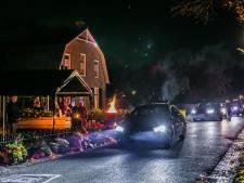 Bijzonder afscheid van melkboer Wout in Hurwenen, met de auto langs zijn kist in de voortuin aan de Dorpsstraat