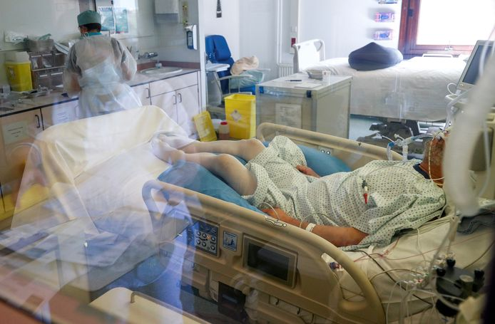 Met ziekenhuisopnames kan het snel gaan, zo bewees de eerste golf. Op 17 maart lagen er 497 patiënten in het ziekenhuis, twee weken later al 5.220.