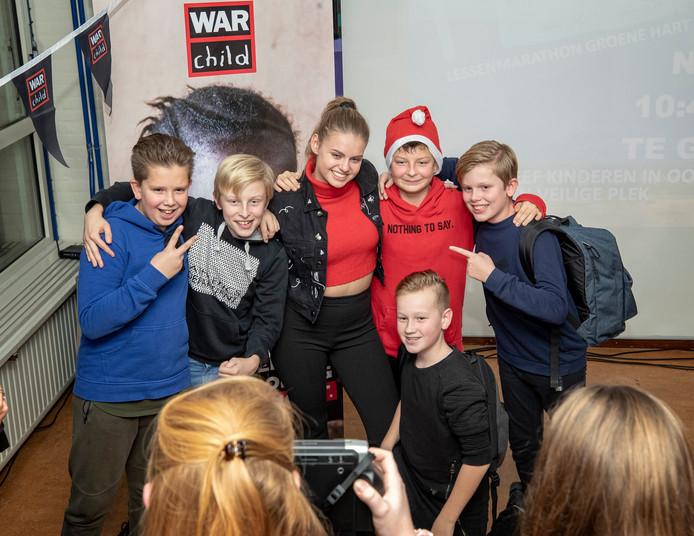 Soapster Britt Scholte gaat op de foto met leerlingen van het Groene Hart Leerpark. Ze is ambassadeur van War Child en kwam daar gisteren op de school over vertellen.