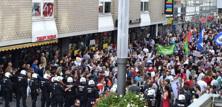 In Gelsenkirchen raakten rechtse betogers en tegenstanders slaags met elkaar.