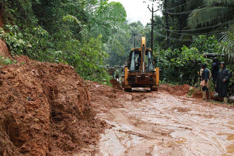De hevige regenval zorgt ook voor modderstromingen.