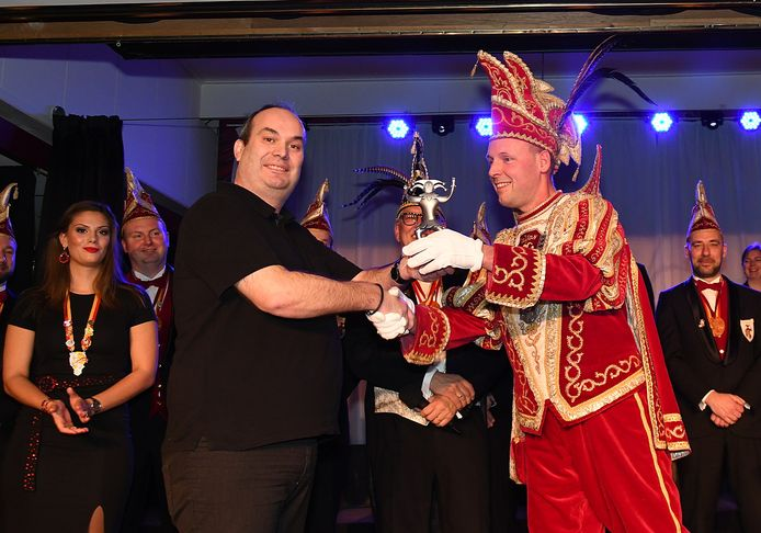 Danny van der Kracht ontvangt de Paljasprijs uit handen van prins Ruud II van Paljas.