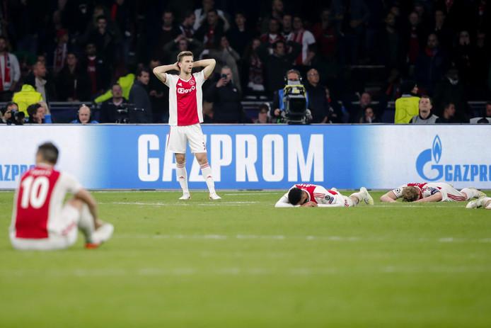 Joel Veltman, Noussair Mazraoui en Matthijs de Ligt  vol ongeloof na de 3-2 van Tottenham Hotspur.