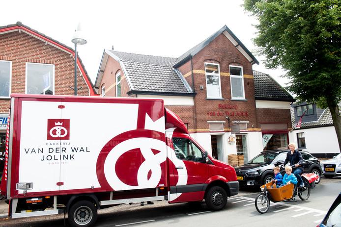De failliete bakkerij Van der Wal Jolink maakt een doorstart. Niet alle winkels blijven daarmee echter bestaan.