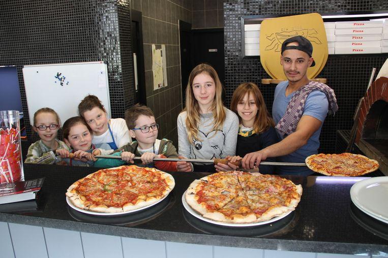 Thiben, Romy, Emmy, Jolien, Marie en Leonie leerden pizza's bakken bij Donatello's.