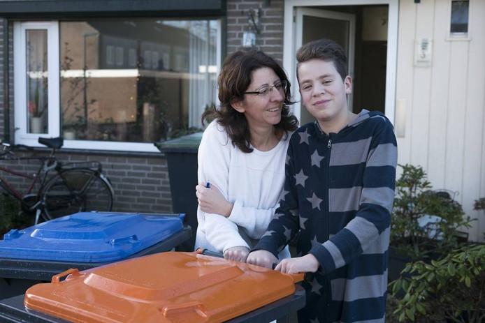 Stijn Sietzema en zijn moeder Saskia zetten containers buiten in Terborg.